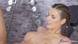 FitnessRooms - Jenifer Jane zašije sexuální rozkoš se svým trenérem
