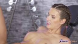 Jenifer Jane sexuálně dovádí s frajerem cvičícím vedle ní v posilovně