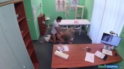 FakeHospital - doktor protáhne anální díru své pacientky