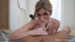 MILF přistihne masturbujícího syna v koupelně