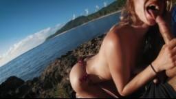 Kuřba na pláži při svítání amatérského páru na dovolené