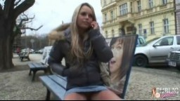 Česká pornomodelka Sabrina Blond experimentuje na veřejnosti v Praze