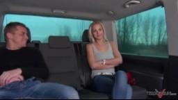 Takevan - česká blondýnka Nathaly Cherie sexuálně dovádí v jedoucím autě