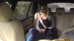 FakeTaxi - kozatá bloncka mu ho vykouří v taxíku