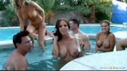Šukačka s krásnými modelkami u bazénku