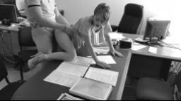 Skrytá kamera: šéf pígluje svojí sekretářku na stole