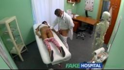 FakeHospital - mladá dívka přijde na výstupní prohlídku ke svému lékaři a nastaví mu svojí dírku