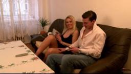 AmateurSexTeens - blondýnka Sandra souloží s přítelem při sledování porna