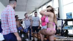 PublicBang - Kyra Hot uspokojí skupinku nadžených samců v posilovně
