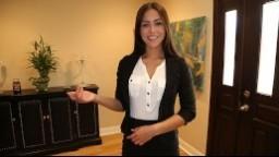 Aktraktivní realitní agentka si užije se svým klientem při prohlídce nového bytu