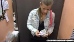 CzechPawnShop - mladá brunetka potřebuje půjčit peníze