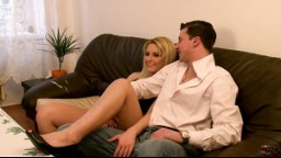 AmateurSexTeens - elegantní blondýnka svedla přítele na pohovce