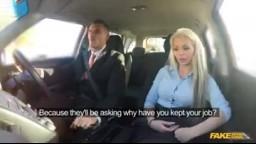 FakeDrivingSchool - blondýnka zkouší sexuální dovednosti v práci v autoškole
