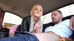 FemaleFakeTaxi - česká blondýnka se omluví chlapíkovi do kterého to napálila při couvání