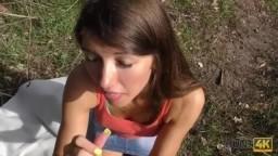 Nechala se ošukat v pražském parku
