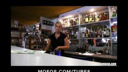 Rychý prachy - sexy barmanka mu ho vyhulí za peníze