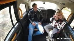 SexInTaxi - sexy blonďatá vdova v taxíku šuká tvrdě