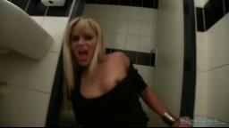 Czech Public - Rychlý prachy oprcaná mamina na toaletě v hospodě